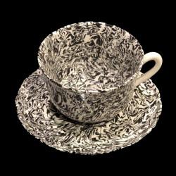 Tasse et sous tasse à chocolat blanc et noir terre mêlée collection Graphite forme dentelée