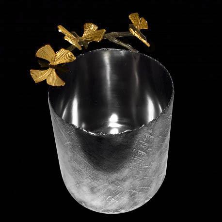 Cache-pot butterflies on twig